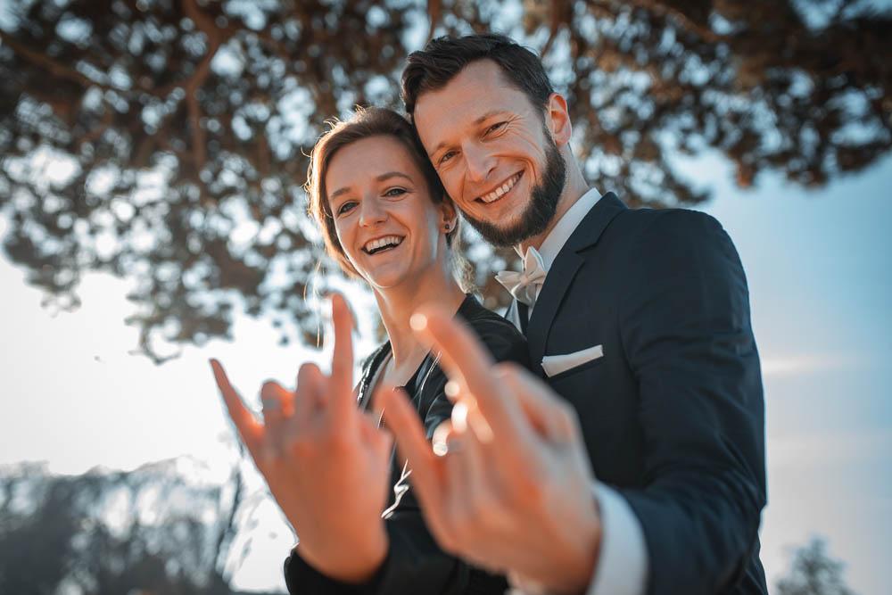 Svatební pár ukazuje metalového paroháče